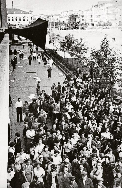 Когда неподражаемый голос зачитывал сообщения Совинформбюро, у репродукторов собирались толпы. Фото: Госархив Свердловской области