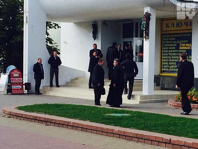Для переговоров с нападавшим вызвали сразу двух священнков.