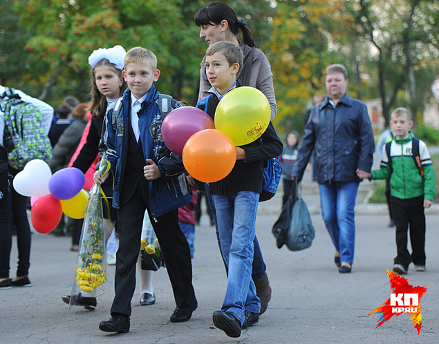 Здесь все вроде так же, как в любой другой школе в День знаний Фото: Виктор ГУСЕЙНОВ