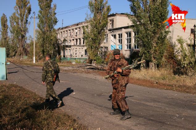 Ополченцы на фоне разбитой сельской школы. Фото: Александр КОЦ, Дмитрий СТЕШИН