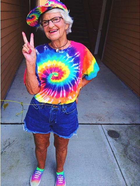 Бадди – та еще модница: в гардеробе пенсионерки – сплошь вещи жизнеутверждающих кислотных оттенков, с забавными принтами и надписями.