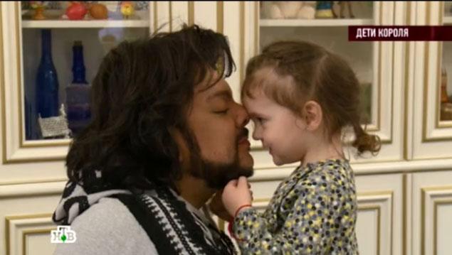 Филипп - очень заботливый отец. Фото: кадр НТВ.