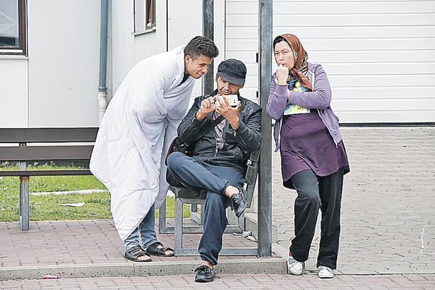 Беженцы набрали себе айфонов в кредит, а платить раздумали: мол, не понимали, что подписывали в магазине. Сидят теперь, «непонимающие», с гаджетами. А магазинам за них заплатило государство. Фото: REUTERS