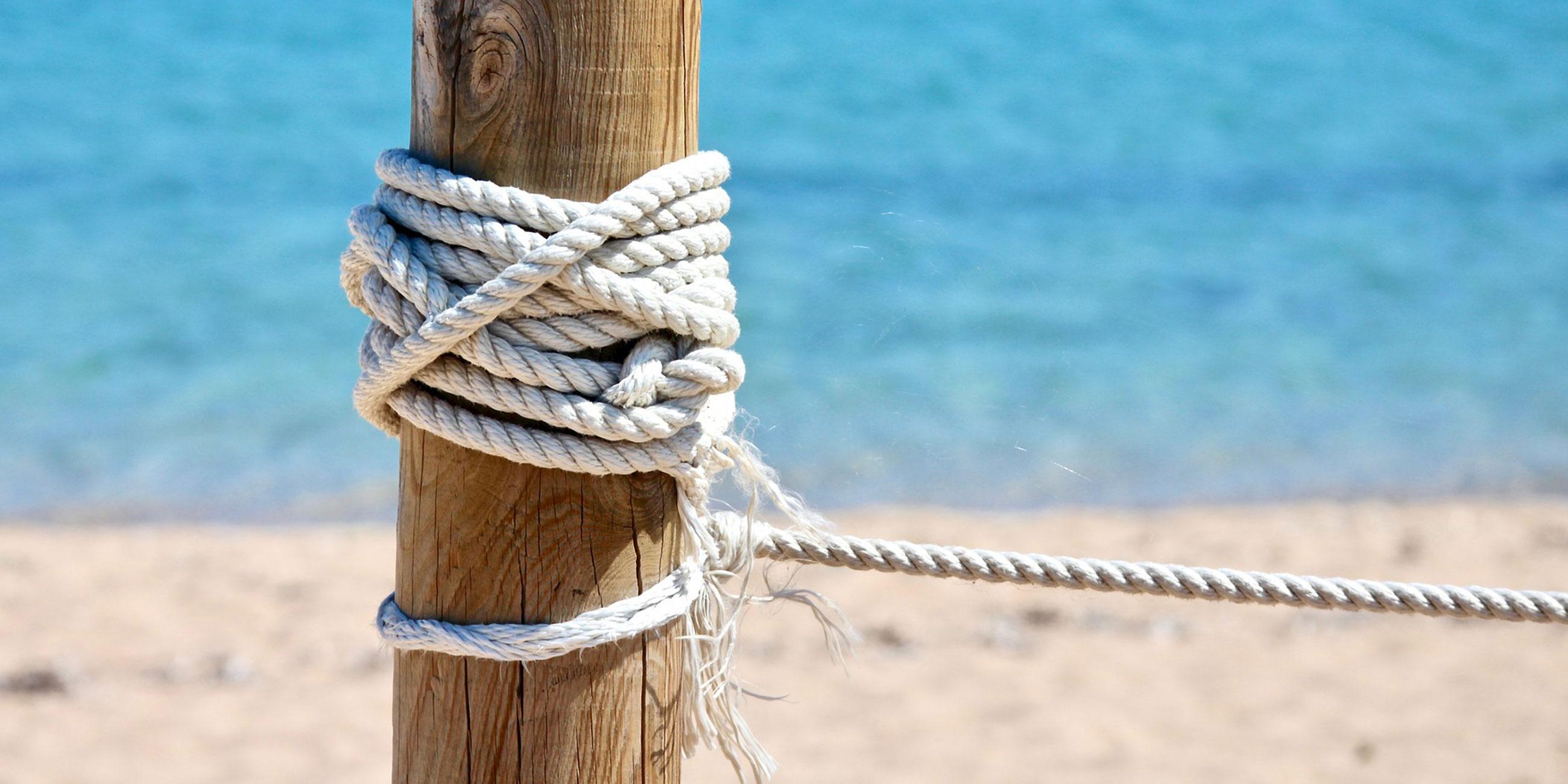 Отдыхающие любят этот пляж за чистый берег, удобный спуск к морю и ухоженную территорию