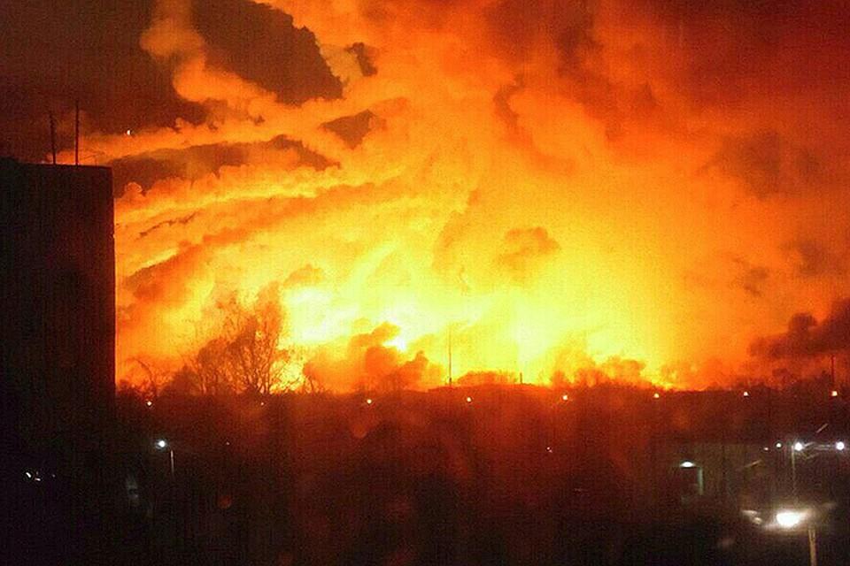 Ночной вид на пожар на складе в Балаклее.