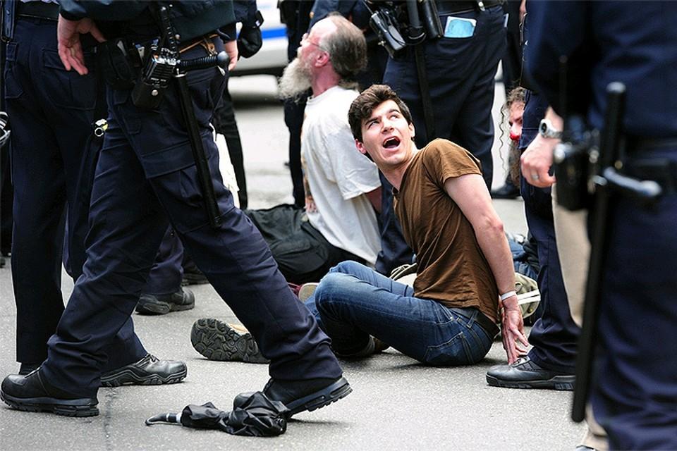 Весна 2012 года, задержание участников шествия на Уолл-стрит в Нью-Йорке.