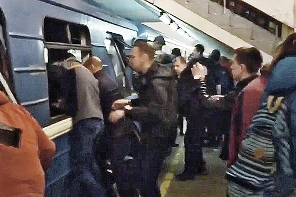 В питерском метро обычные пассажиры начали спасать тех, кто оказался во взорванном вагоне, еще до прибытия экстренных служб.