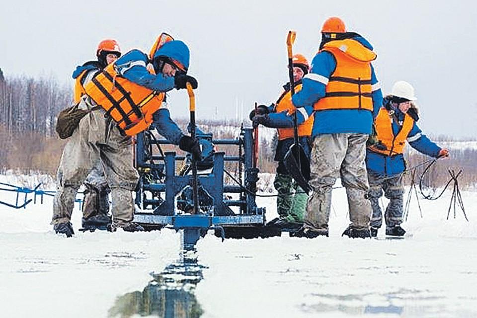 Экологи производят отбор проб воздуха на содержание углеводородов, а воды, почвы и снега - на содержание нефти. Фото: Руслан ШАМУКОВ