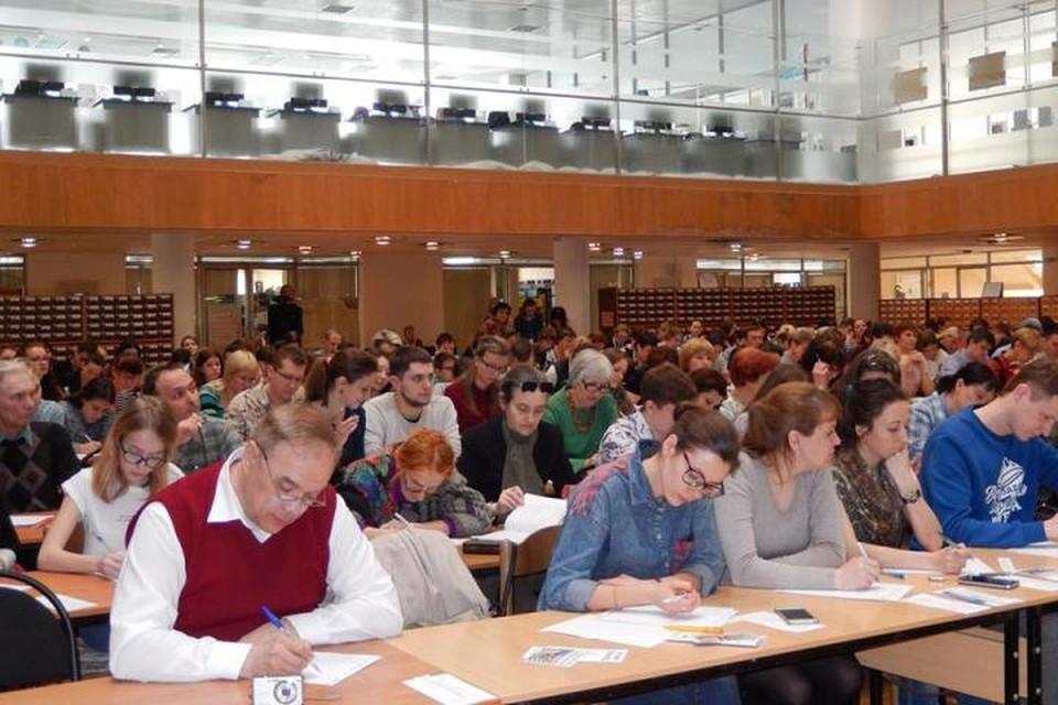 В Горьковке писали диктант больше двухсот человек. Фото: ВОУНБ им. Горького.