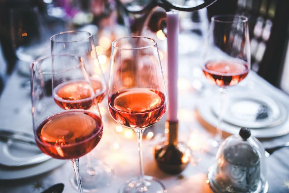 Когда все вокруг пьют и веселятся, удержаться от соблазна поможет только хорошая психологическая подготовка.