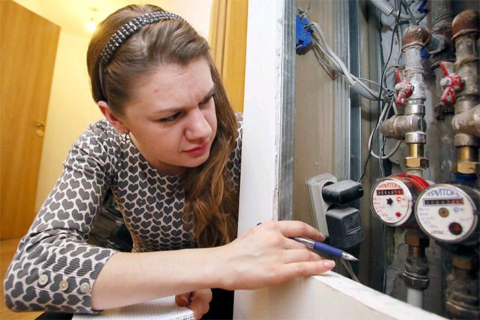 Сейчас поверкой тех счетчиков, которые установлены в квартирах, обязаны заниматься сами жильцы. Речь идет прежде всего о счетчиках воды.