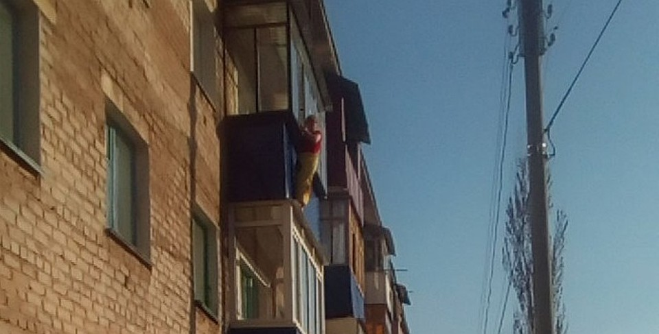 Жительницу стерлитамака сняли с козырька балкона - новости -.