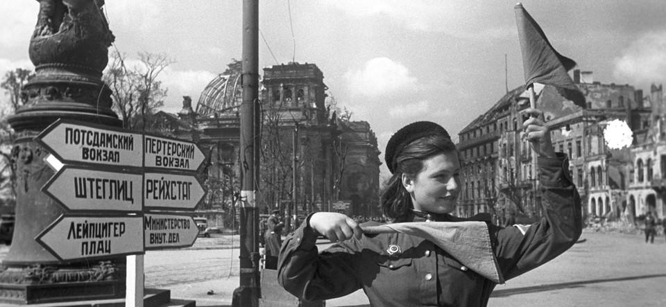 Военная регулировщица несла службу на посту №1 в центре поверженной вражеской столицы. Фото: Личный архив семьи Овчаренко.