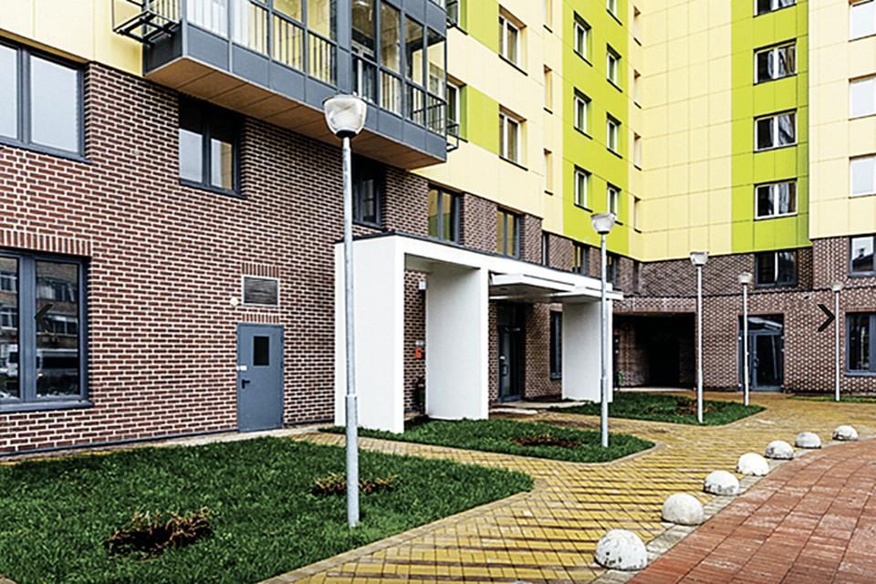 В каждом доме на первом этаже - вход с низкими порогами и пандусами для инвалидов и мам с колясками. Фото: mos.ru