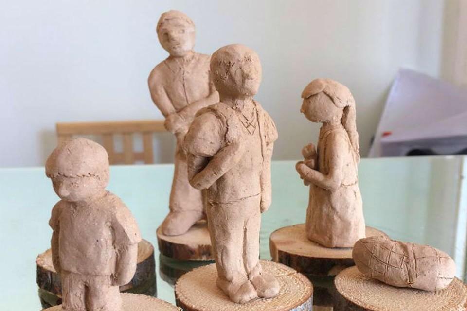 Фигурки детей слепят в Иркутске. Фото: Мария Кузнецова.