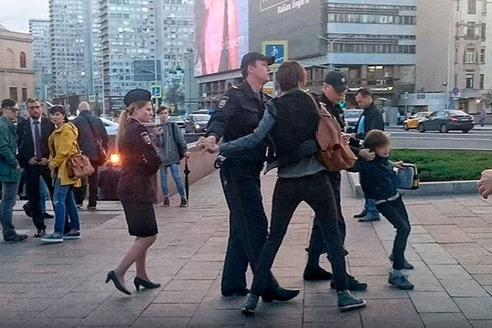 26 мая в Москве на улице Воздвиженка на глазах у изумленных прохожих полицейские задержали ребенка.