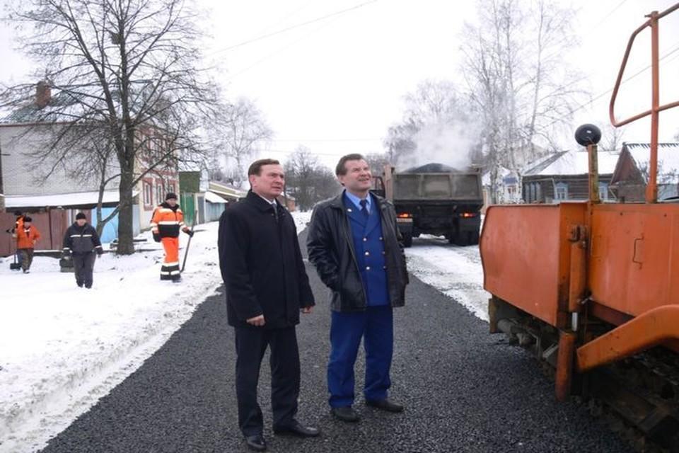 Владимир Степанов (в форме) инспектирует работу дорожников.