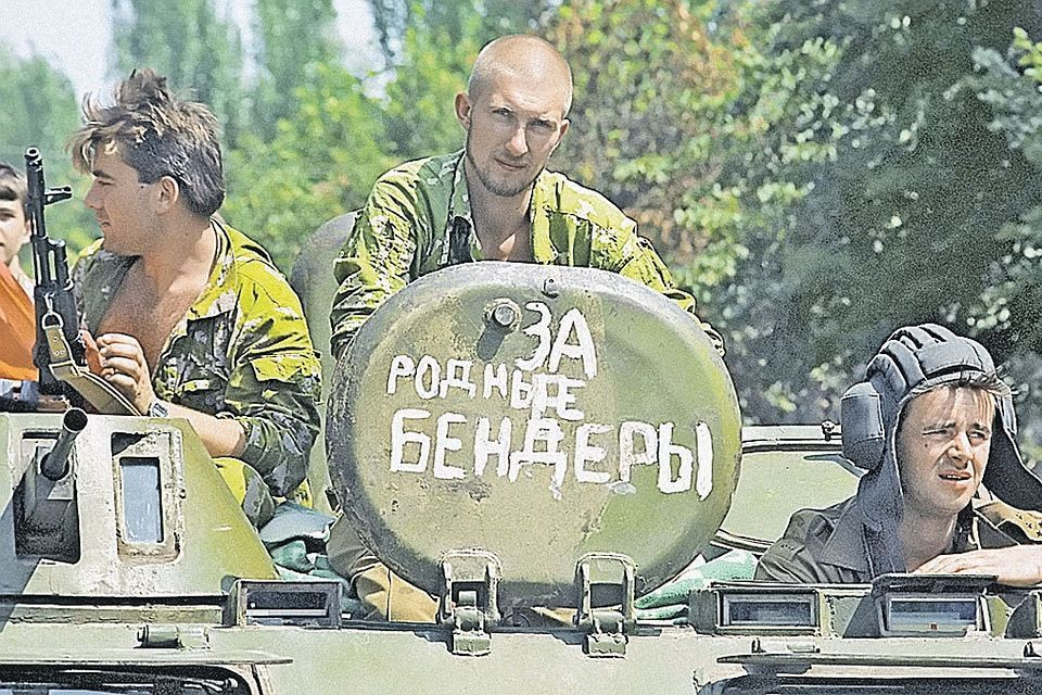 Когда в июне 1992-го в Бендеры вошла бронетехника Кишинева, им навстречу встало ополчение Приднестровья (как 22 года спустя в Донбассе). Фото: И. Зенин/РИА Новости
