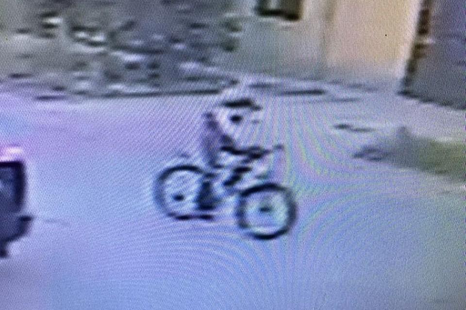 Жители Буденновска делятся в соцсетях фотографиями и видео подозрительных молодых людей на велосипедах. Фото: стоп-кадр видео.