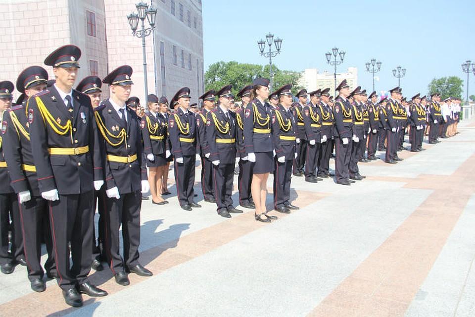 Хабаровске будущие сотрудники полиции получили дипломы В Хабаровске будущие сотрудники полиции получили дипломы