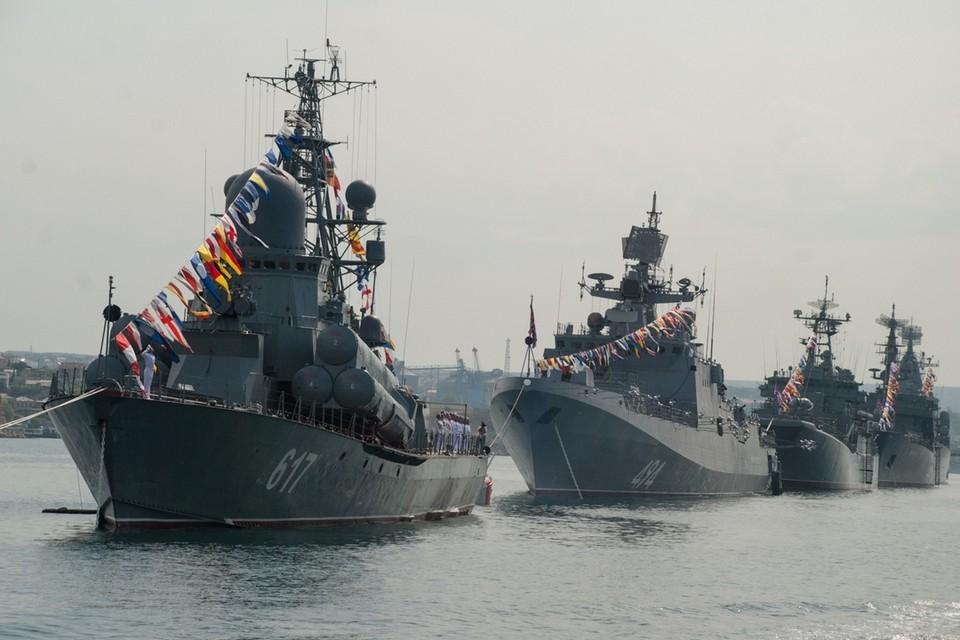 Всего в параде будут участвовать порядка 20 кораблей и судов и такое же количество авиационной техники.