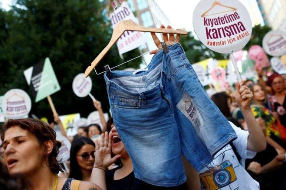 Турчанки протестовали против «насильно» навязываемой им мужчинами консервативной одежды