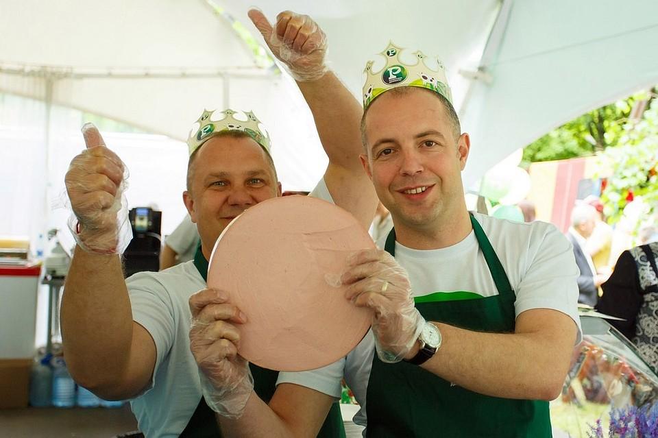 Главным украшением стола на фестивале «Рязанское подворье» стали две  гигантские колбасы весом по 50 f996e229b25