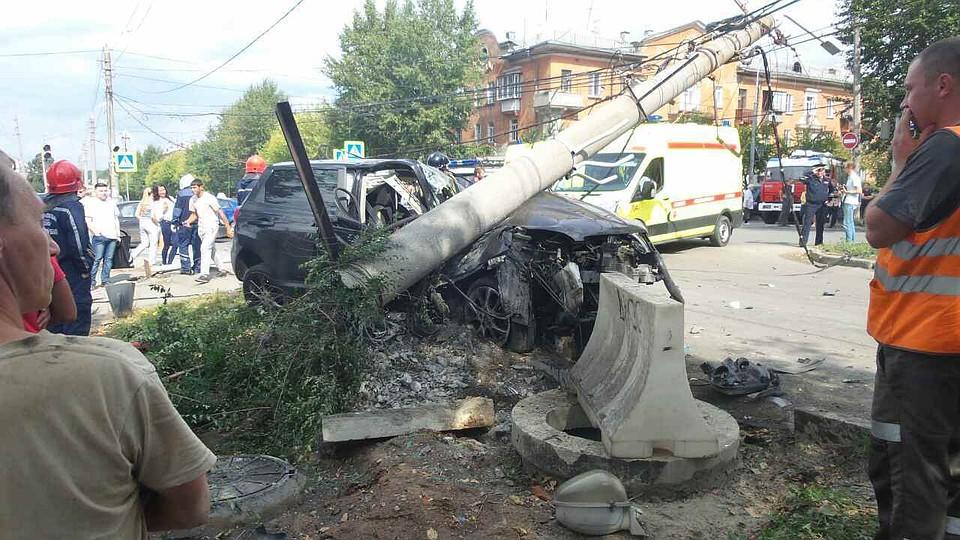 В Челябинске водитель иномарки повалил столб. ФОТО