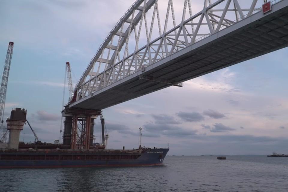 Сухогруз «Святитель Алексей» проходит под аркой Крымского моста