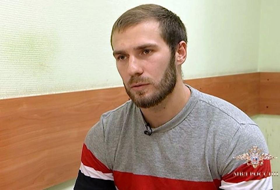 Этот в свитере с небритостью европейской цирюльни - Александр Ломов. Тот самый, который рулил 13 декабря по Бауманской тем самым Мерседесом