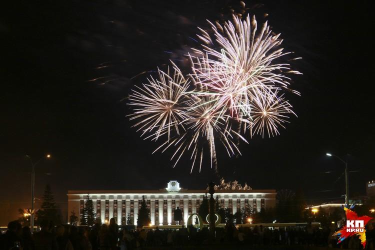 Праздничный салют прогремел в честь 287-летия Барнаула