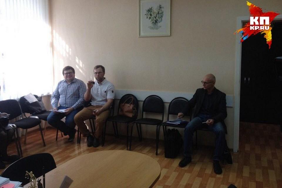 Справа - представитель Тинькова, слева - Nemagia