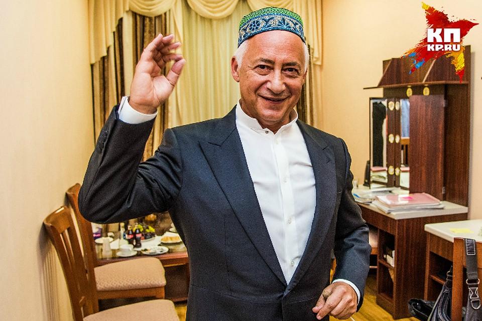 Национальный головной убор мусульман, который Владимиру Спивакову подарила уфимская «Комсомолка», оказался очень к лицу маэстро