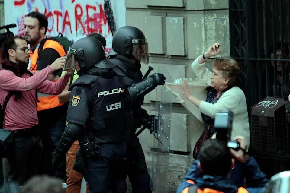 Местные стражи порядка не мешали референдуму, поэтому к делу подключились национальная полиция Испании и Гражданская гвардия