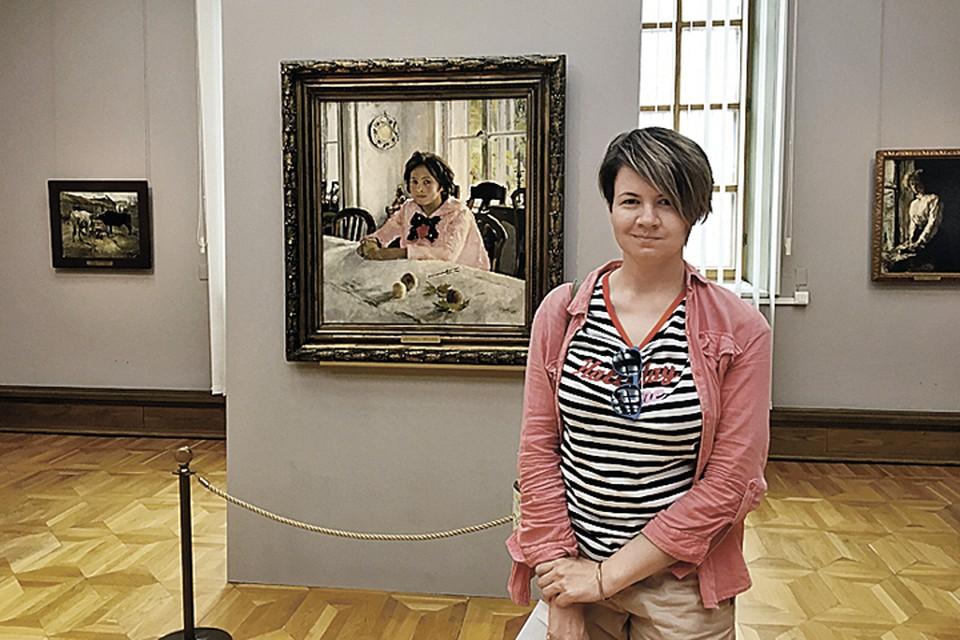 Наш корреспондент Женя Коробкова приняла участие в квесте, начав плясать от серовской «Девочки с персиками».