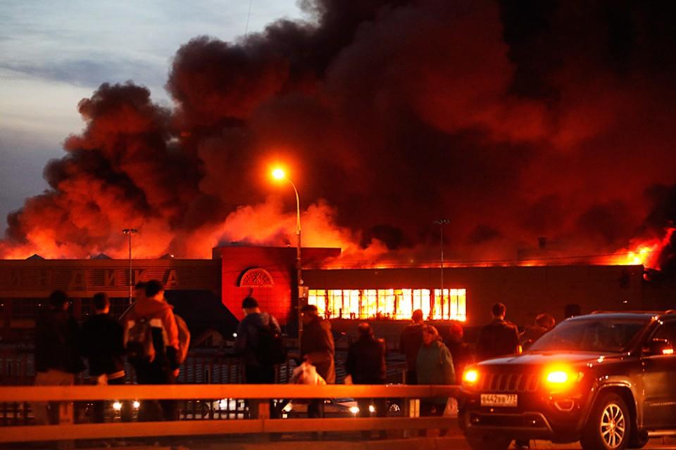 Вокруг торгового центра - сплошная завеса чёрного дыма. Фото: Михаил Джапаридзе/ТАСС