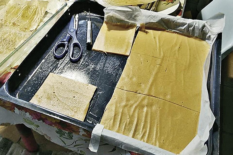 Готово! Осталось разрезать пастилу на прямоугольники, смазать кремом и сложить в стопку.