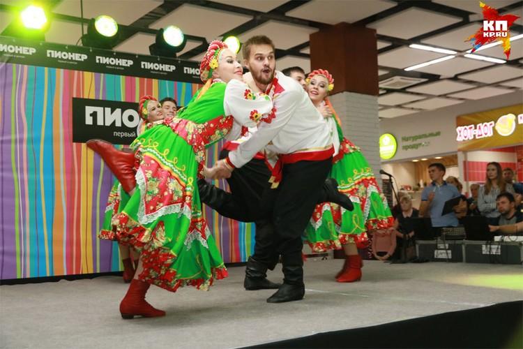 В Барнауле состоялся танцевальный баттл между новосибирскими музыкантами-африканцами и барнаульскими «народниками».