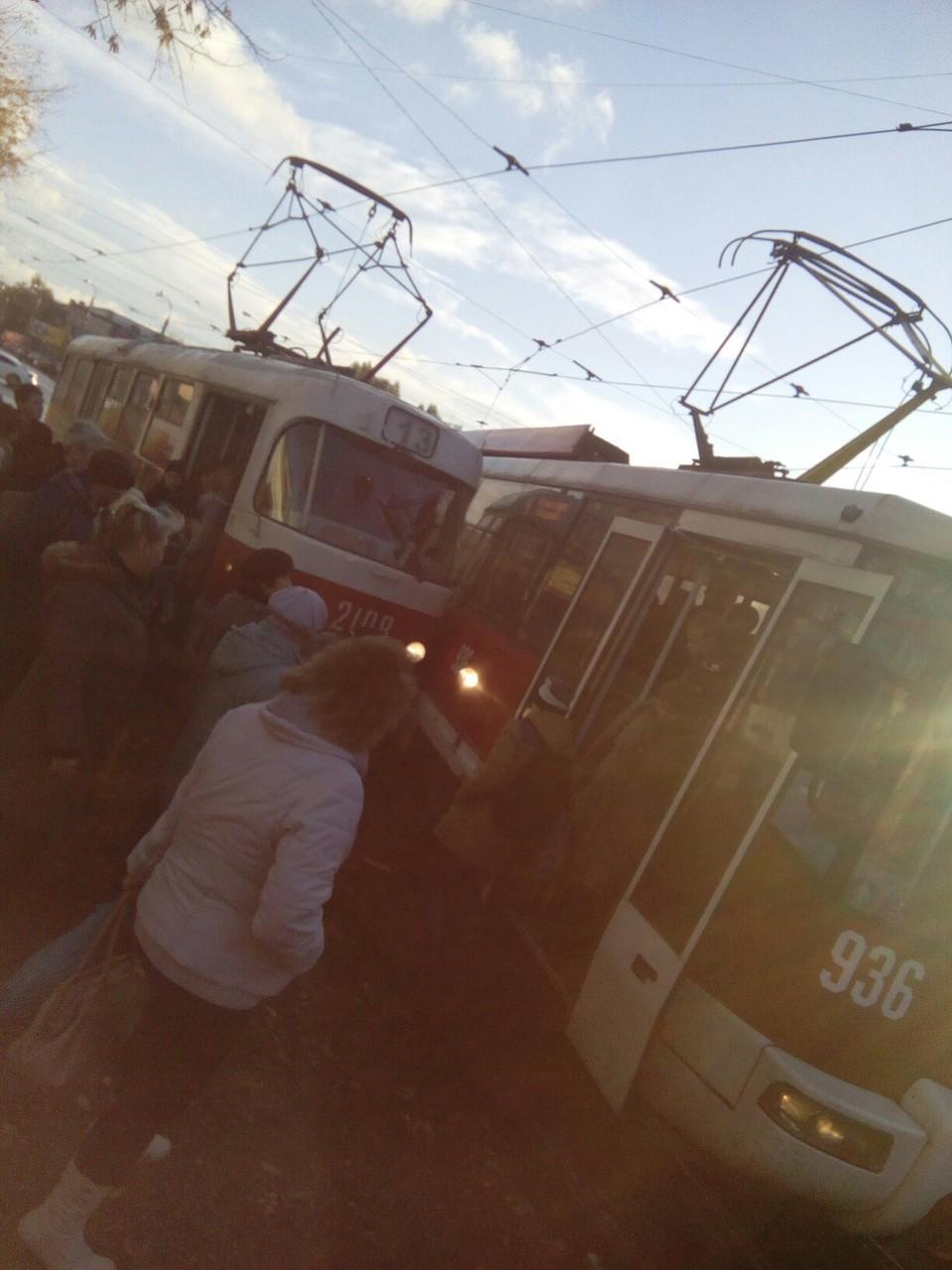 Очевидцы сняли, как поцеловались два трамвая