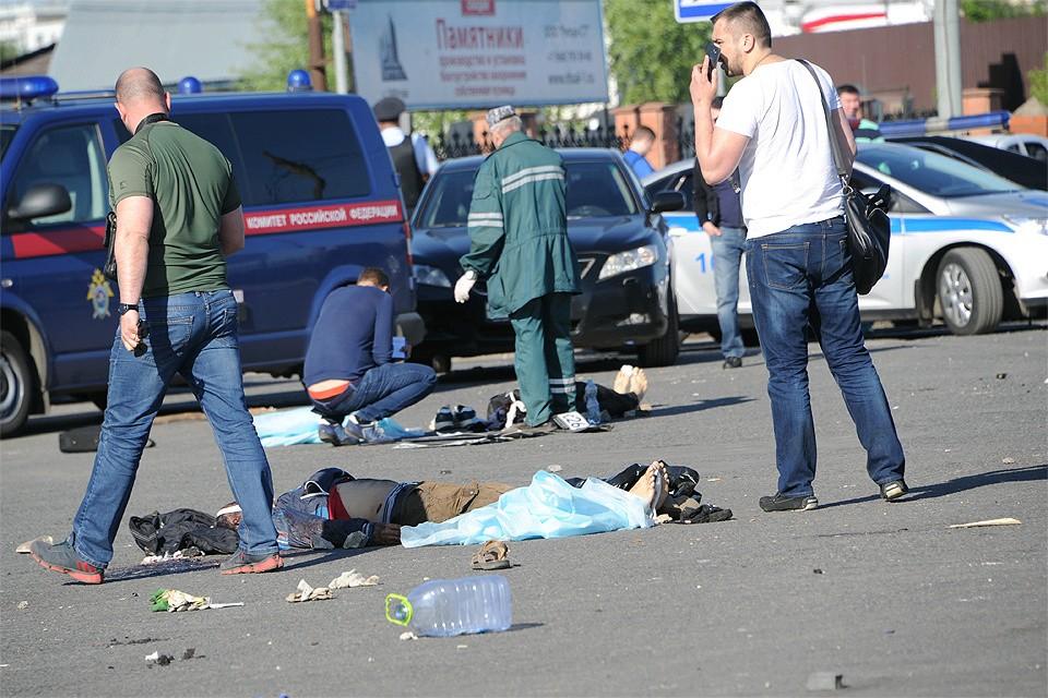 Май 2016 года. Последствия драки с применением холодного оружия у входа на Хованское кладбище.