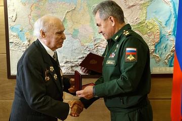Шойгу вручил «забытый» орден ветерану