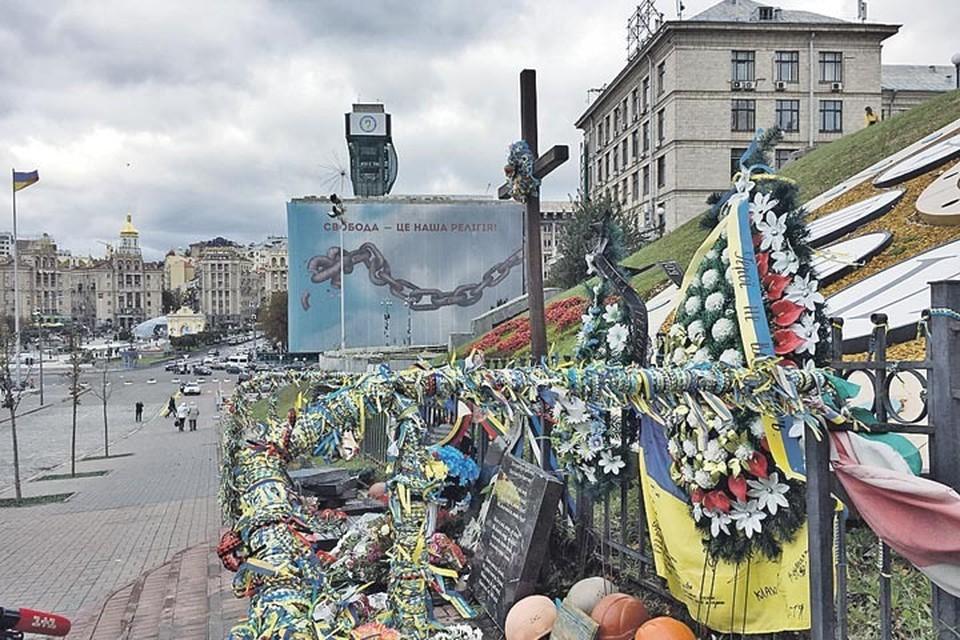 """Центр Киева превращен в некрополь. Так выглядит памятник погибшим во время майдана. В день нашего приезда его разрушил луганчанин. """"Потому что из-за этого майдана у меня дома началась война"""", - объяснял свой поступок задержанный."""