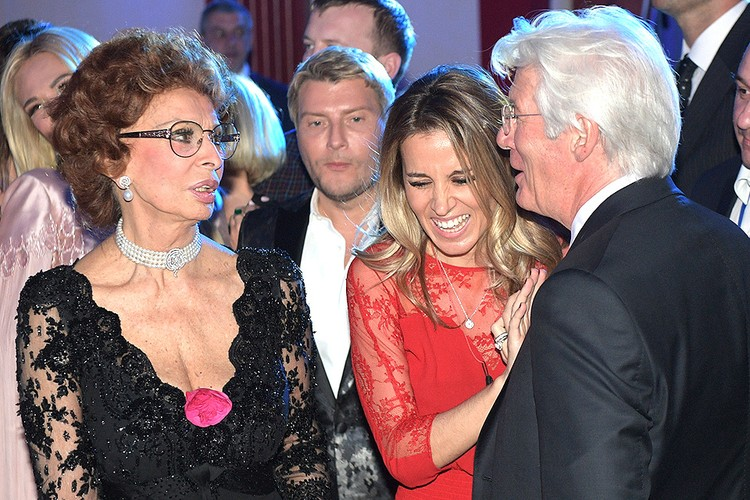 Вокруг Софи Лорен и Ричарда Гира все время был аншлаг из желающих пообщаться с мировыми звездами.