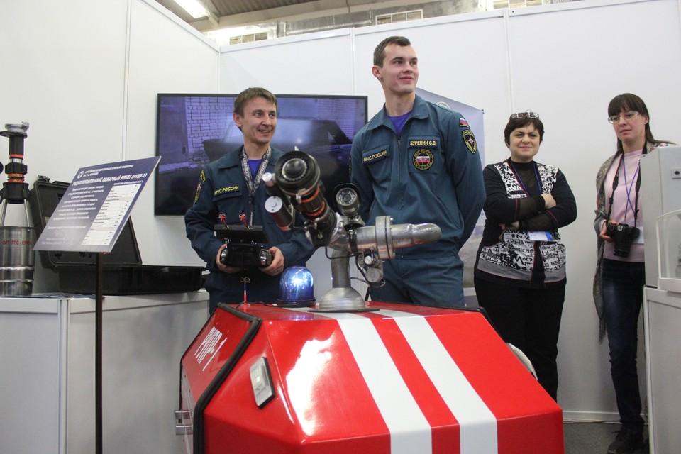 На выставке инноваций в Саратове показали робота-пожарного.