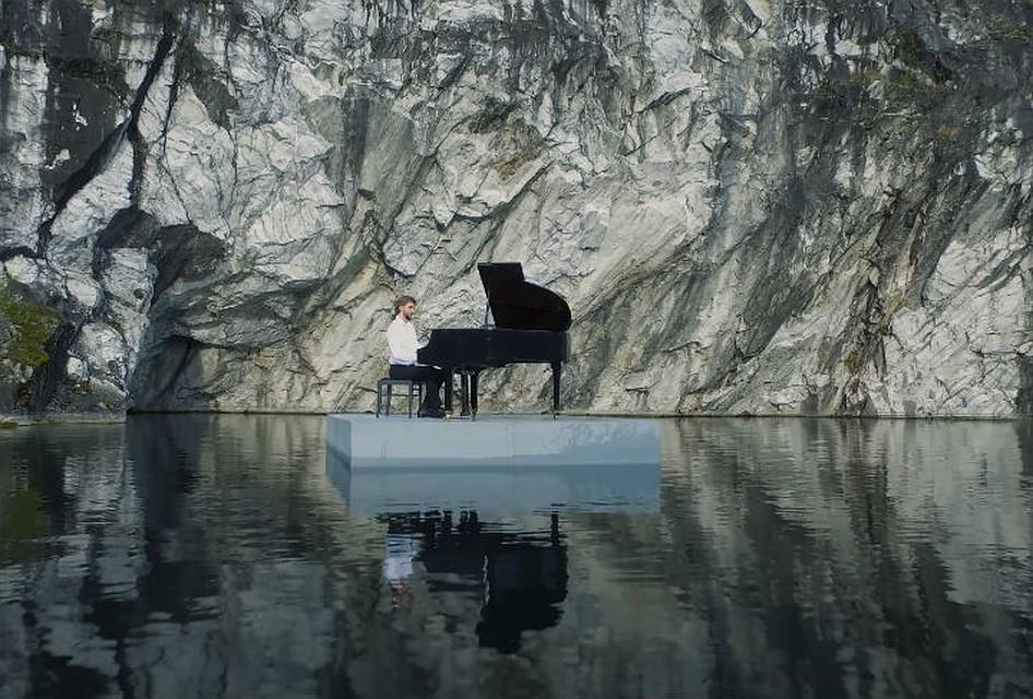 Музыкант из Петербурга сыграл на рояле посреди озера в Мраморном каньоне