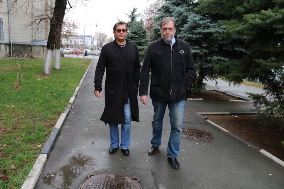 Актер и режиссер Никита Высоцкий и народный артист России Александр Домогаров вместе поставили спектакль «Дороги Высоцкого» и привезли его в Крым.