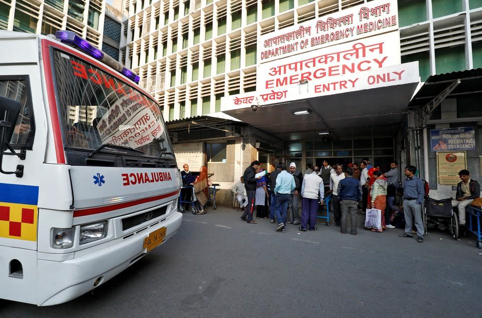 Три человека погибли при сходе поезда с рельсов в Индии