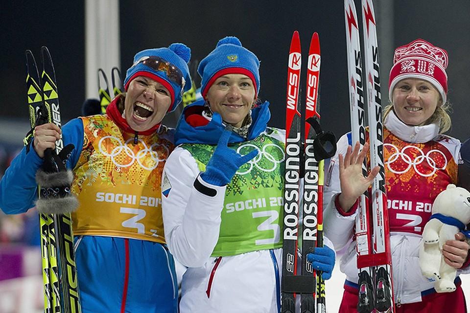 Учитывая, что накануне были дисквалифицированы биатлонистки Яна Романова (слева) и Ольга Вилухина (справа), МОК уже ввел санкции против 22 российских спортсменов