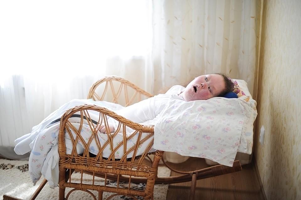 Завалил маму на кровать