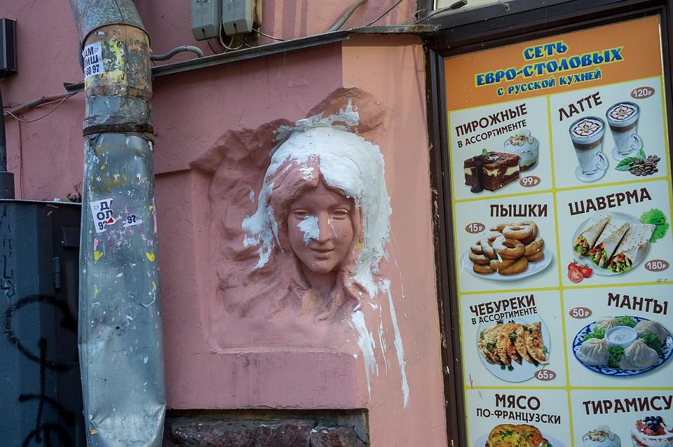 В Петербурге ищут того, кто сделал горе-реставрацию барельефа на Садовой